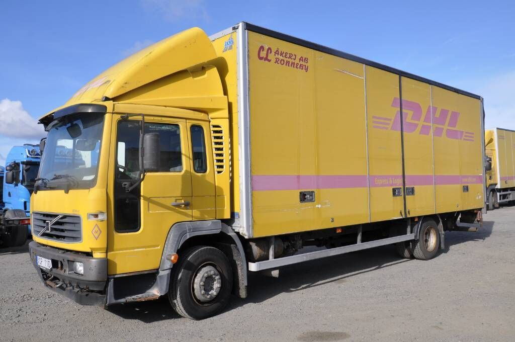 lastbil med skåp VOLVO FL615 250 4X2